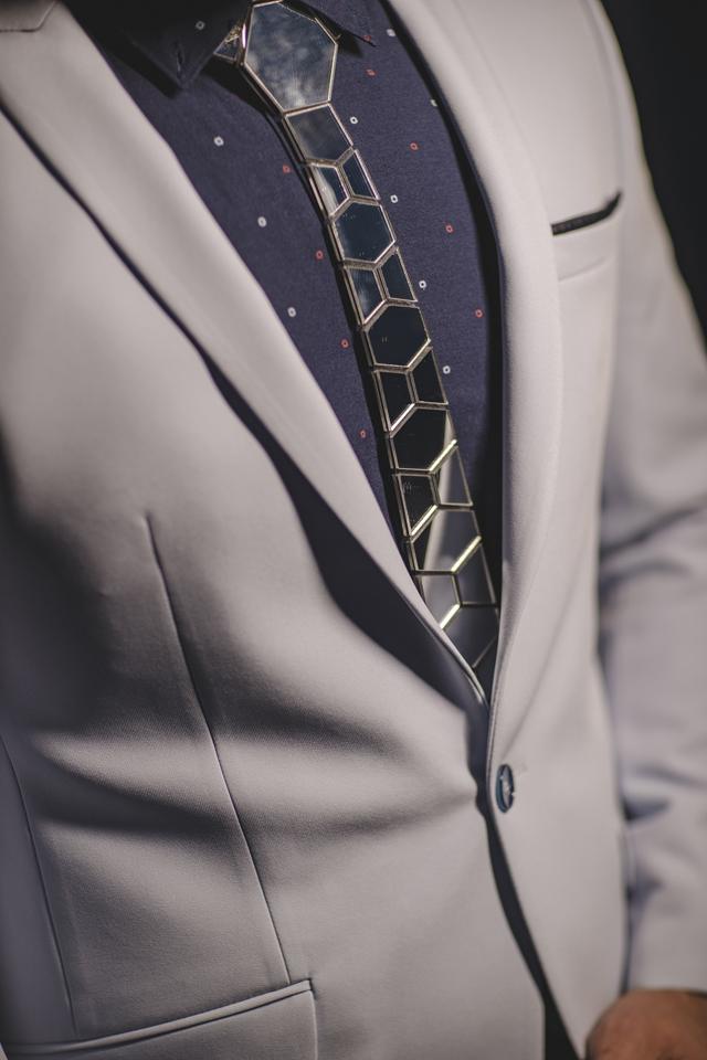 עניבה קרמי צבע כסף מבריק