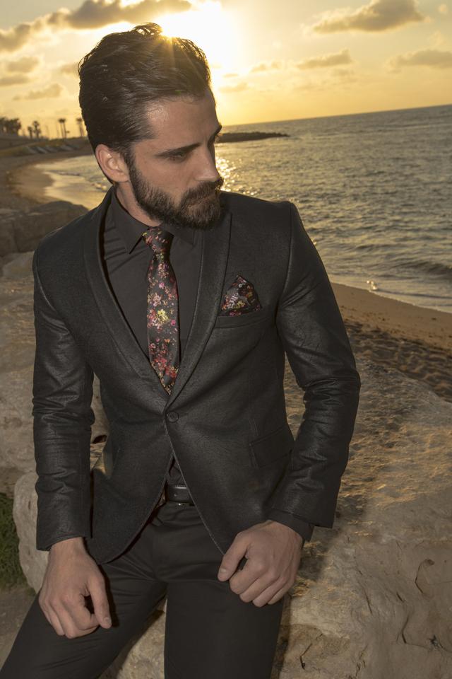 חליפה מעוצבת מעור אמיתי עם עניבה בצבע מודרני וחדשני, תמונה 1