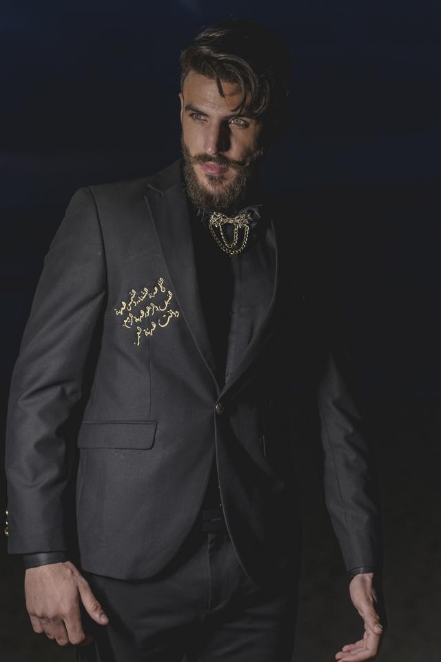 חליפת טוקסידו בשילוב כתוביות מזהב, תמונה 1