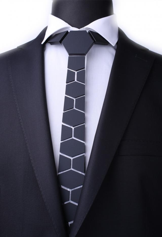 עניבה מיוחדת המעוצבת בצורה בלתי רגילה